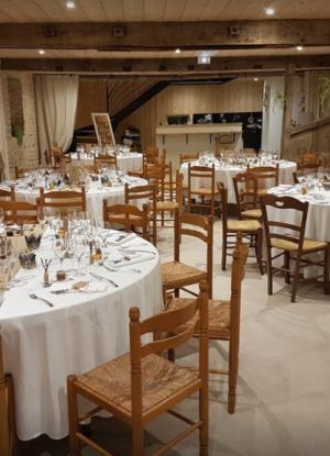 Salle de réception de l'auberge de Puydarrieux dressé pour un mariage