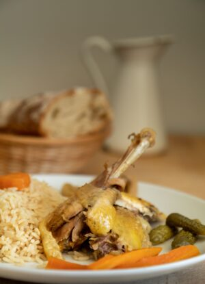 Plat de la Poule farçie accompagnée de son riz et petits légumes